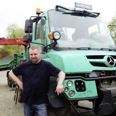 Sascha Voß und sein saftgrüner Unimog U 530: Mit 300 PS Bäume zu Kleinholz machen