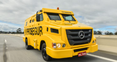 Πώς σταματούν τους κλεφτές τα θωρακισμένα φορτηγά της Mercedes;