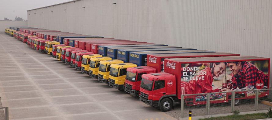 Τα φορτηγά Mercedes Atego μεταφέρουν αναψυκτικά