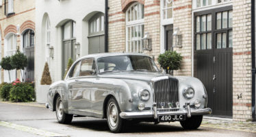 Γίνε ο νέος ιδιοκτήτης αυτής της Bentley μετά τον Έλτον Τζον