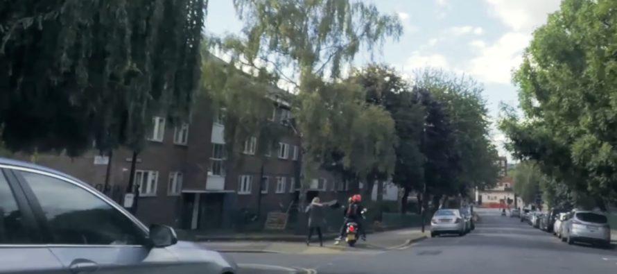 Πεζός σταμάτησε κλέφτες με μηχανάκι (video)