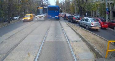 Παραλίγο μετωπική σύγκρουση λεωφορείου με τραμ (video)