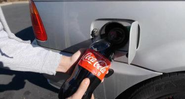 Τι θα γίνει αν βάλουμε Coca-Cola στο ρεζερβουάρ; (video)