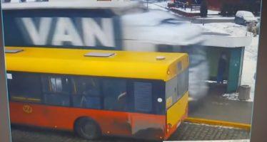 Φορτηγό πέρασε πάνω από στάση λεωφορείου (video)