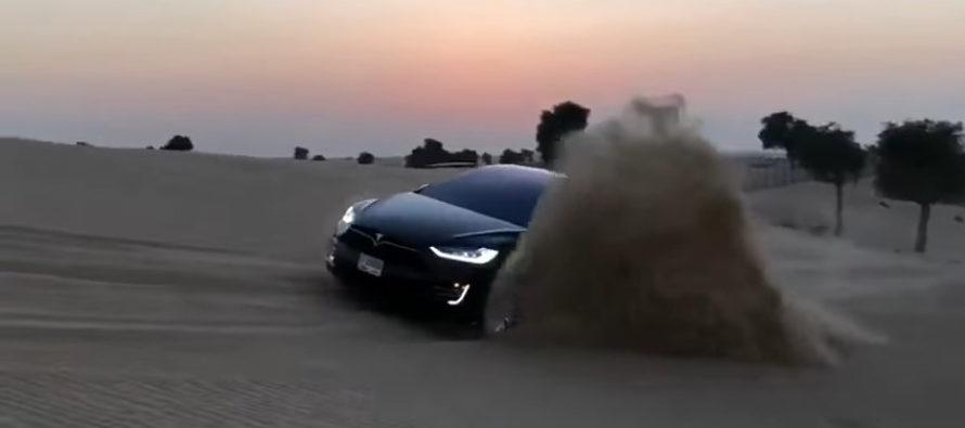 Το Tesla Model X παίζει στην άμμο της ερήμου (video)