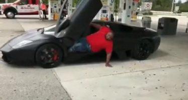 Πόσο εύκολο είναι να βγεις από μια Lamborghini (video)