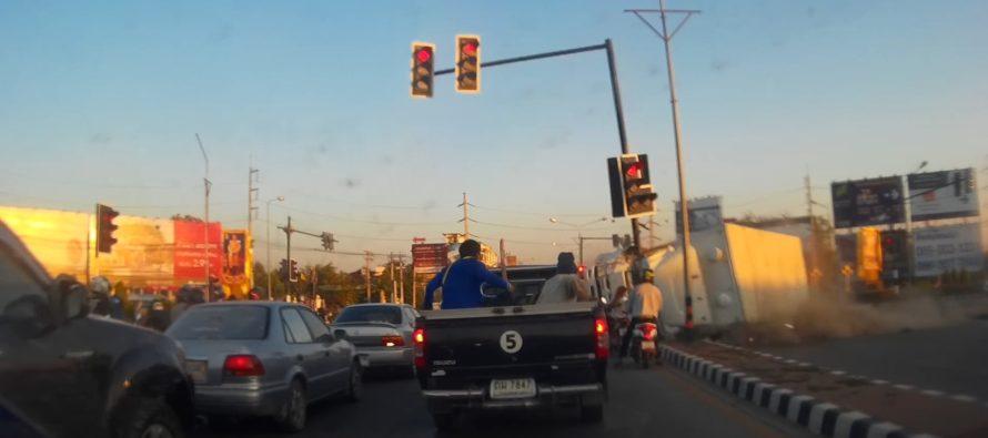 Φορτηγό ντελαπάρει και πέφτει σε φανάρι (video)