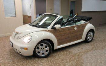 Ένα Volkswagen Beetle με ξύλινες επενδύσεις
