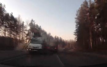 Φορτηγά συγκρούστηκαν πλευρικά (video)