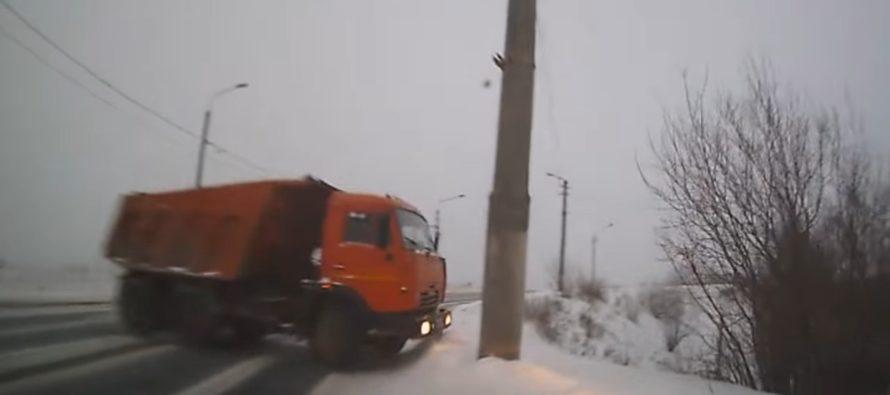 Κολόνα αποτρέπει τη σύγκρουση φορτηγού με αυτοκίνητο (video)