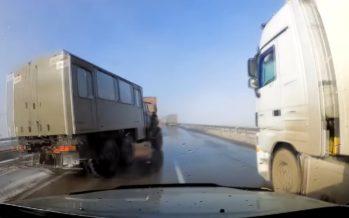 Οδηγός φορτηγού γλυτώνει σύγκρουση (video)