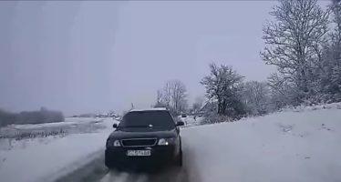 Μετωπική σύγκρουση ενός Audi με περιπολικό (video)