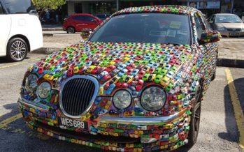 Μια Jaguar S-Type καλυμμένη με 1.000 αυτοκινητάκια