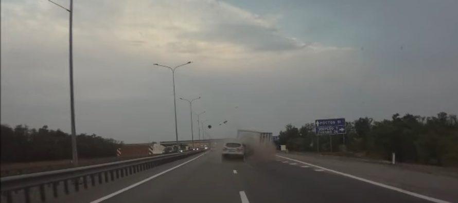 Ένα Nissan Qashqai καρφώθηκε πίσω από φορτηγό (video)