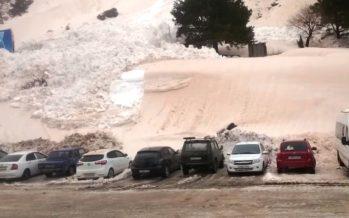 Χιονοστιβάδα κατάπιε αυτοκίνητα (video)