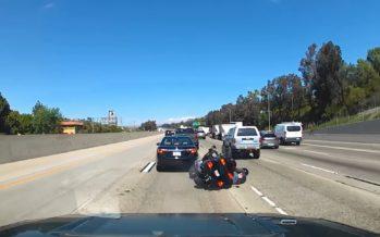 Μοτοσικλετιστής πέφτει και σώζεται από τύχη (video)