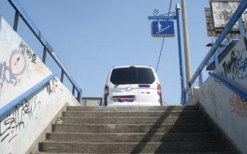Πάρκαρε στην έξοδο υπόγειας διάβασης της Λεωφόρου Αθηνών