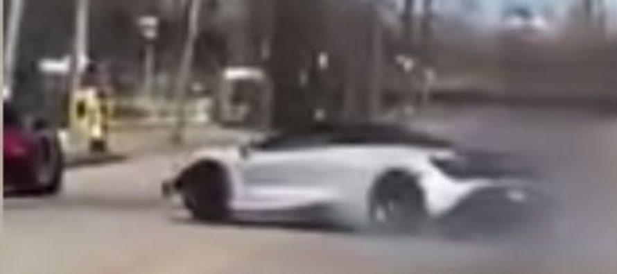 Δείτε μια McLaren 720S να πέφτει πάνω σε σταθμευμένο Audi R8 (video)