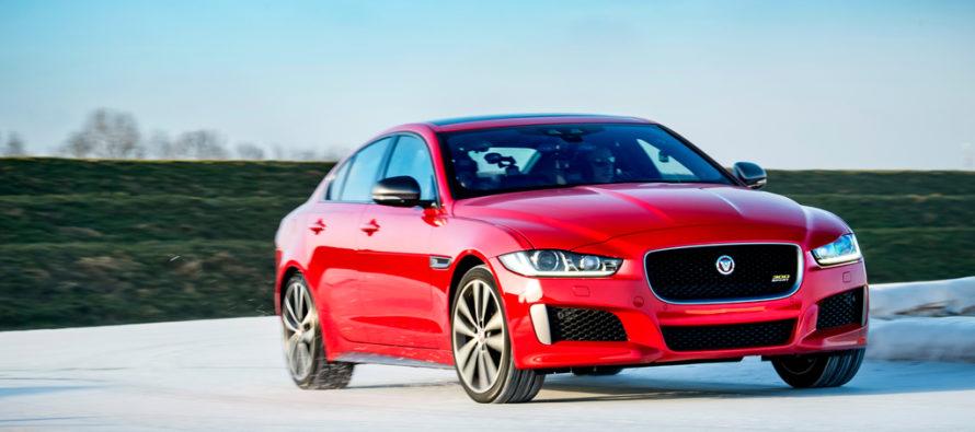 Πόσο γρήγορη πάνω στον πάγο είναι η Jaguar XE 300 Sport Edition; (video)