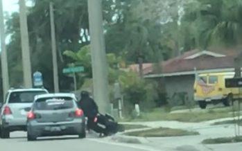 Οδηγός εκδικείται μοτοσικλετιστή εμβολίζοντας τον (video)