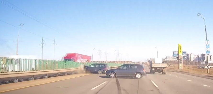 Σύγκρουση μεταξύ δυο Volkswagen Golf (video)