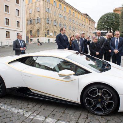 Pope-Lamborghini-Huracan-Auction-1