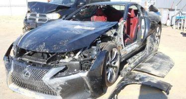 Πλιάτσικο σε ένα τρακαρισμένο Lexus LC500
