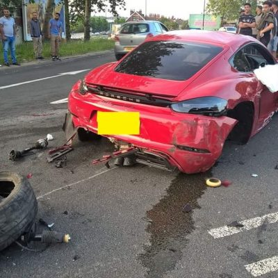 accidents-ferrari-porsche-roundabout-uk-4
