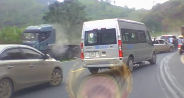 Φορτηγό εκτός ελέγχου προκαλεί ζημίες (video)