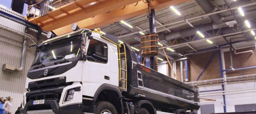 Ρίχνοντας 2 τόνους από 3,5 μέτρα σε φορτηγό της Volvo (video)