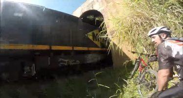 Να γιατί δεν πρέπει να κάνεις ποδήλατο στις ράγες τρένου (video)