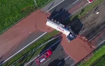 Ανατροπή φορτηγού που μετέφερε 12 τόνους σοκολάτα (video)