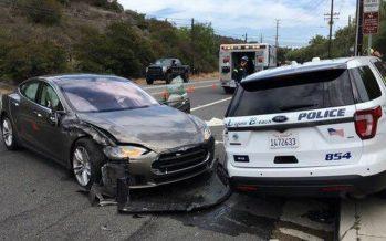 Αυτόνομο Tesla Model S έπεσε πάνω σε περιπολικό