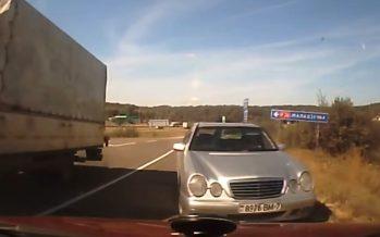 Δείτε μια μετωπική σύγκρουση με Mercedes (video)