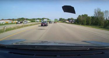 Έφυγε εν κινήσει το καπό από ένα Toyota Camry (video)