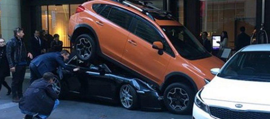 Παρκαδόρος έχωσε μια Porsche 911 κάτω από ένα Subaru XV