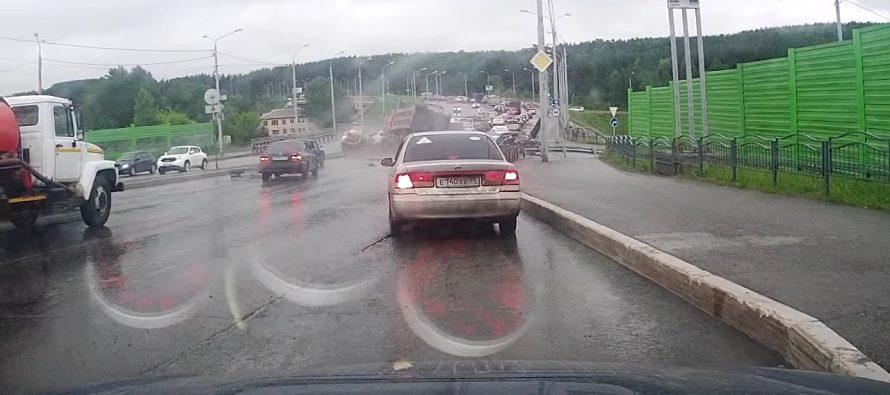 Δείτε ένα φορτηγό να πέφτει σε σταματημένα αυτοκίνητα (video)