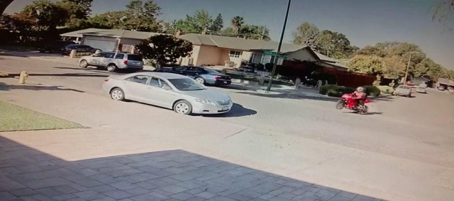 Μοτοσικλετιστής πέφτει πάνω σε σταθμευμένο Toyota (video)
