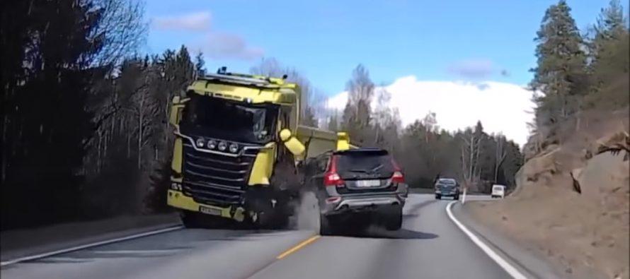 Δείτε ένα Volvo ΧC70 να συγκρούεται με φορτηγό Scania (video)