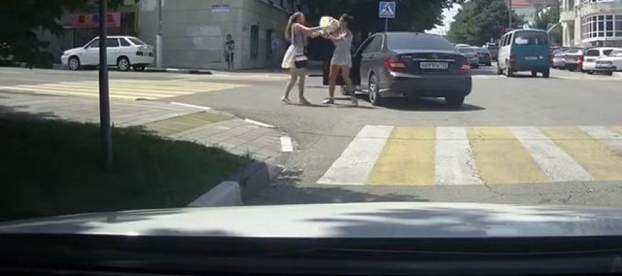 Η οδηγός μιας Mercedes μαλλιοτραβήχτηκε με πεζή (video)