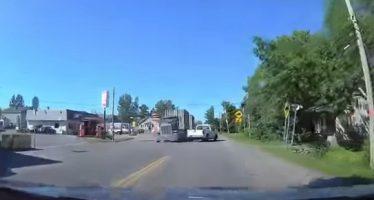 Γλύτωσε για λίγα χιλιοστά σύγκρουση με φορτηγό (video)