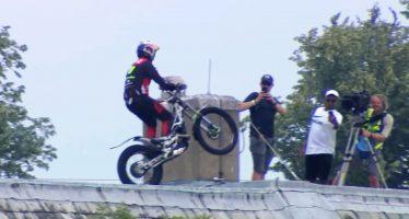 Ακροβατικά με μοτοσικλέτα στη σκεπή (video)