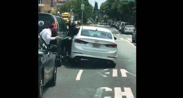 Οδηγός παρασύρθηκε ανάμεσα σε δυο οχήματα (video)