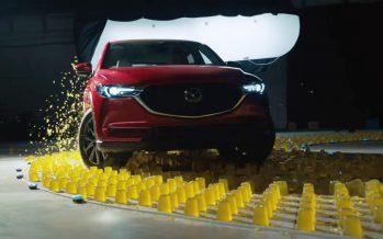 Mazda CX-5 περνά πάνω από ζελέ, αφρό και παγάκια (video)