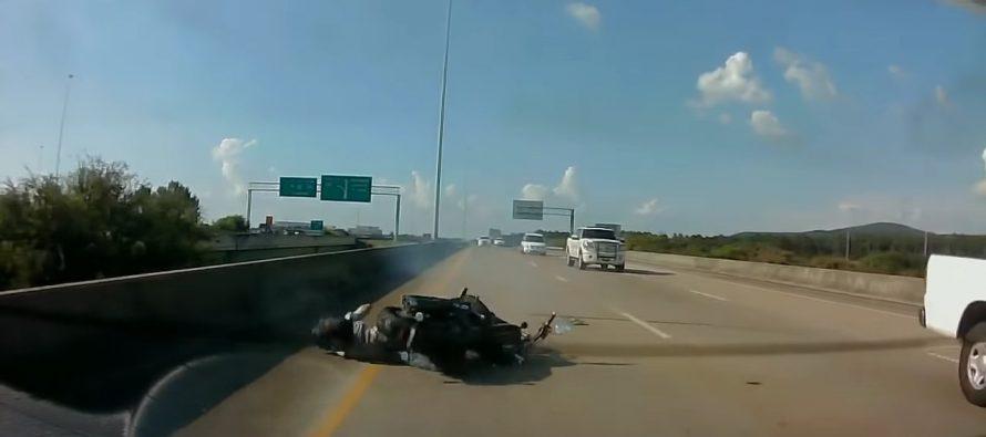 Μοτοσικλετιστής πέφτει πίσω από ένα Ford Focus ST (video)