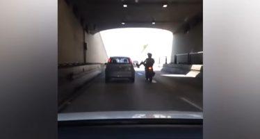 Κλοτσιά μοτοσικλετιστή σε αυτοκίνητο οδηγεί σε πτώση (video)