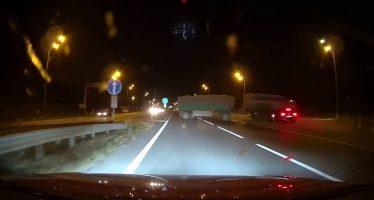 Καρφώθηκε με 200 χλμ./ώρα κάτω από φορτηγό (video)