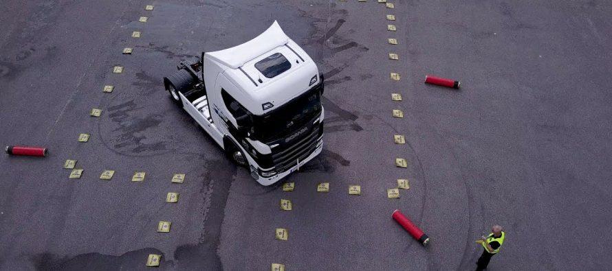 Οδηγοί αγώνων εκτελούν ασκήσεις ακριβείας με φορτηγό Scania (video)