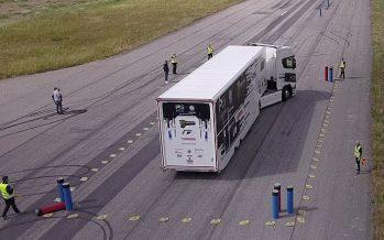 Bowling όχι με μπάλα αλλά με φορτηγό Scania (video)