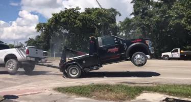 Ένα Ford F-150 προσπαθεί να ξεφύγει από το γερανό που το σηκώνει (video)